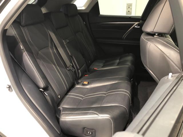 【セカンドシート】電動で格納可能な6:4分割シート。ゆとりのある足元空間とヘッドクリアランスで後席の方も快適なドライブが可能です。