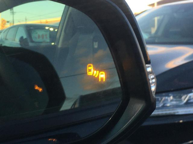 【BSM(ブラインドスポットモニター)】隣車線上の側方および後方から接近する車両を検知すると、検知した側のドアミラーが点灯。その状態でウインカーを出すと、インジケーターの点滅と警報音で警告します。