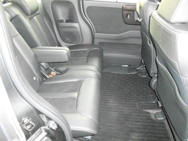 リア席はアームレストと、シートのスライドができます。足元ひろいです。