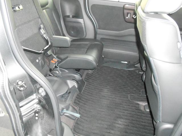 リア席の座面を持ち上げてください。高さのある荷物はこうすれば乗せることができます。