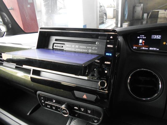 モニターをスライドして音楽CDやDVDを挿入、ぜひお楽しみください。