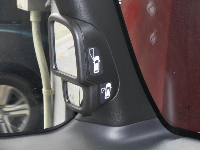 車体の左サイドの死角をカバーするミラーです。車線にぴったりと駐車するときにも威力を発揮します。