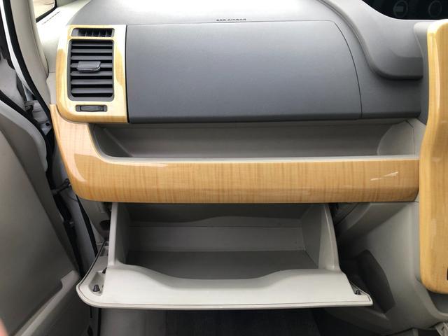 助手席の正面は長めのオープンスペースとグローブボックス