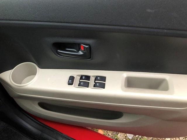 右前運転席側ドア。カップホルダー、ウィンドウボタン、小銭や小物をいれるスペースあり。