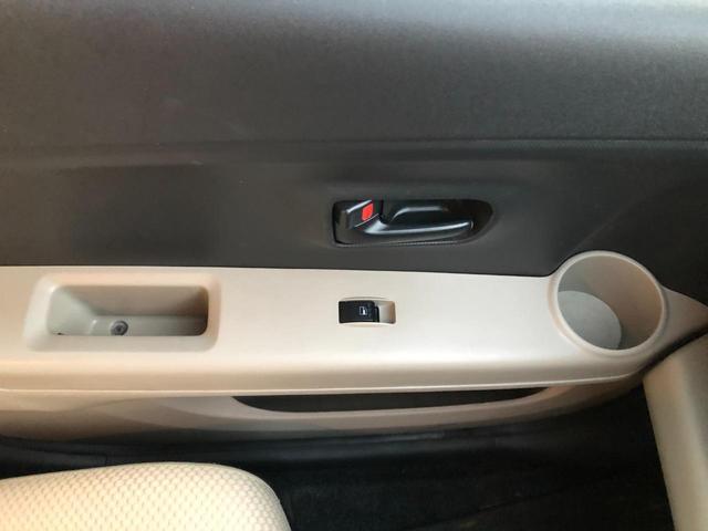 左前助手席側ドア。カップホルダーとウィンドウボタン、小物入れあり。