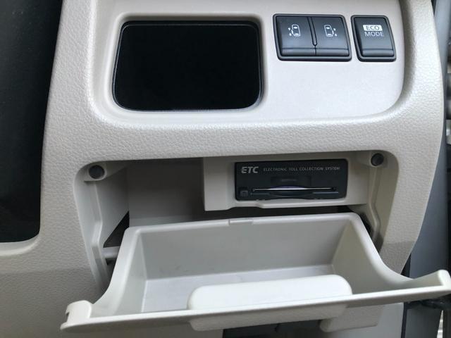 ドアミラーボタンの下に左右のオートスライドドアボタン、その下にETCが内蔵されています。