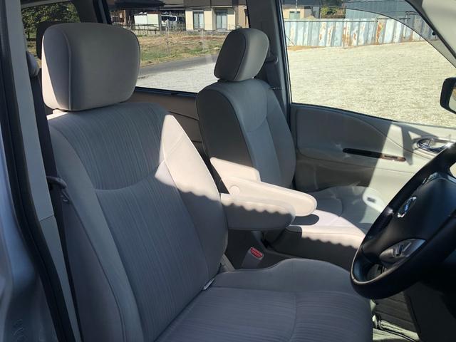 フロントシート。アームレストが運転席側と助手席側にございます。