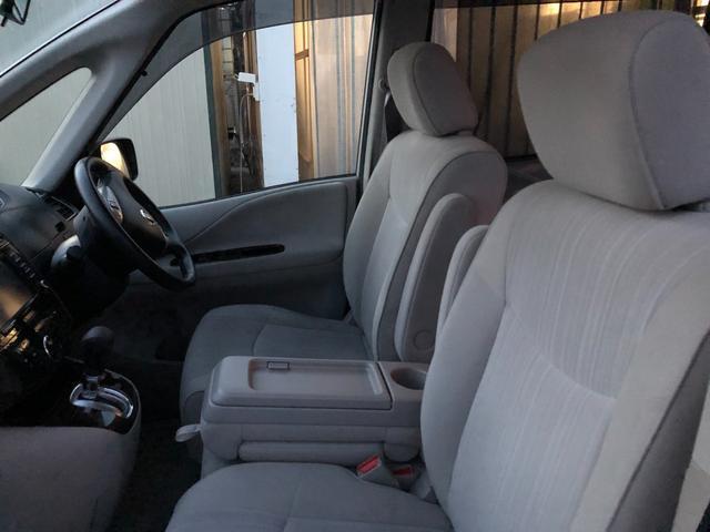 コンソールボックスをフロントシートで使用中。この時はセカンドシートとサードシートの間がウォークスルーになり、セカンドシートを倒すことなく車外に出ることもできます。
