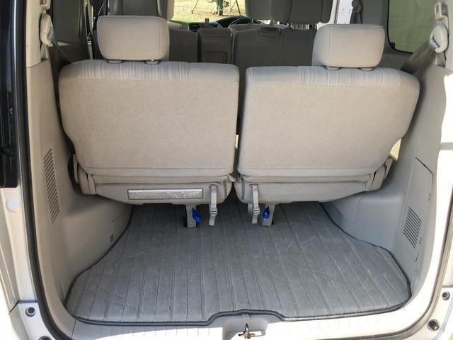 通常使用の荷室。シートの下にフタつき収納スペースがあります。