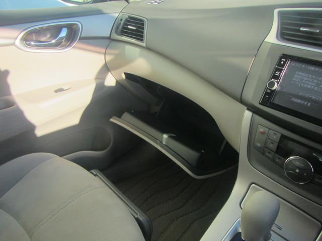 【グローブボックス】大容量の収納となっております!車検証や車に置いておきたいものを大量に収納してくれるので便利なスペースです!
