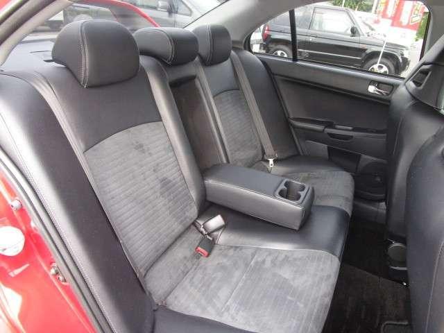 前席と同様に黒を基調にした後席シートはセンターアームレスト装備されてます