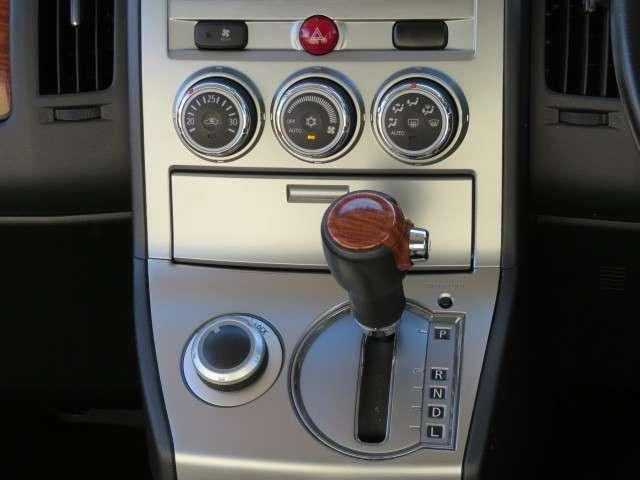 インパネシフトの6速CVTオートマ1シフト横のダイヤルにて4WDの切替が可能です