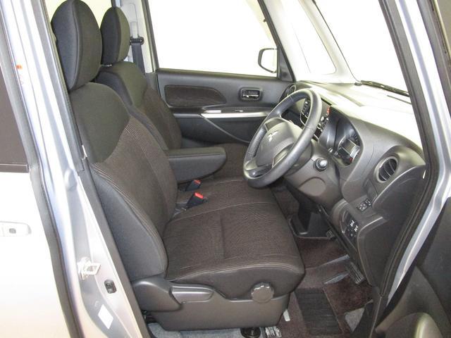 運転席&助手席エアバックとサイドエアバック付き センターアームレスト付きのフロントベンチシート 運転席ハイトアジャスター付き