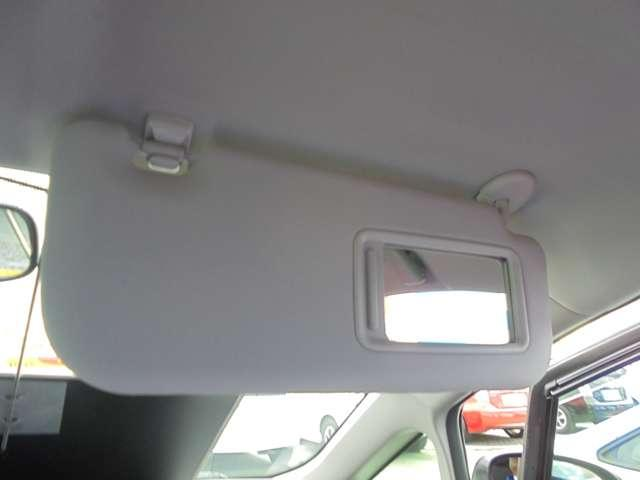 【サンバイザー】・・・バニティミラー付きなので、降車前にお化粧などのチェックもできます。