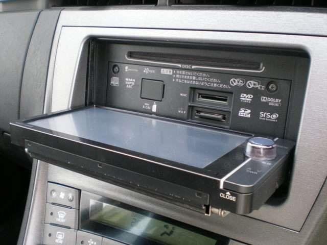 【オーディオ機能】・・・OPENボタンを押すとナビのディスプレイが倒れ、ディスクの出し入れが可能になります。