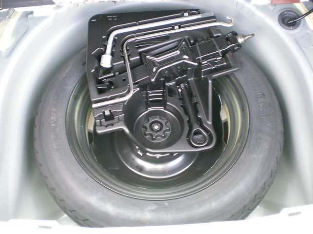 【応急用タイヤ&工具】・・・万一のときの応急用タイヤと工具はトランクフロア下に収納されています。中古車選びにはこういうチェックもお忘れずに。
