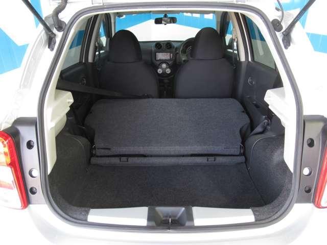 奥部座席を倒すと大きな荷物も運べます。
