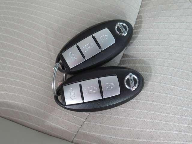 キーを取り出すことなくドアの施開錠、エンジンの始動が可能で便利な「インテリジェントキー」付きです