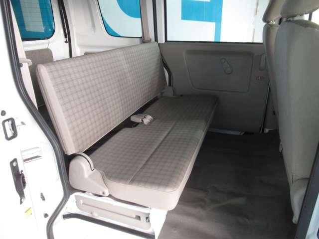 後席シートは前方収納タイプ