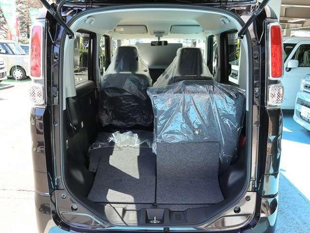 ★2列目シート片側格納★後席片側を格納すれば、3名乗車しながら大きな荷物が積載可能です☆シートアレンジが多彩でとっても便利な車です!