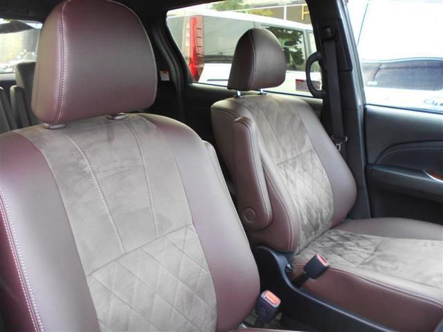 運転席脇を通り抜け、後部座席への移動が可能です