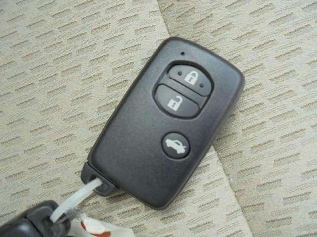 スマートキーがついています、キーを差し込むことなくエンジン始動ができ便利です