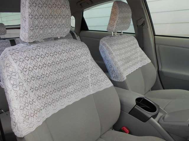 運転席脇には、小物入れとカップホルダーが付いております