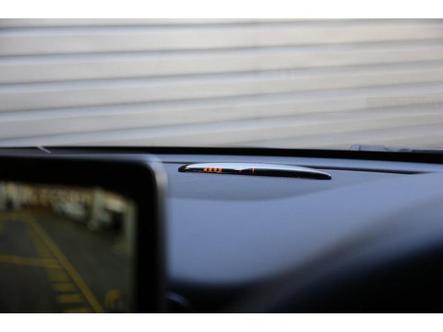 パークトロニックセンサーという障害物感知センサーが車両の前後についております。前後に壁などの障害物を感知した際、光と音で教えてくれます。