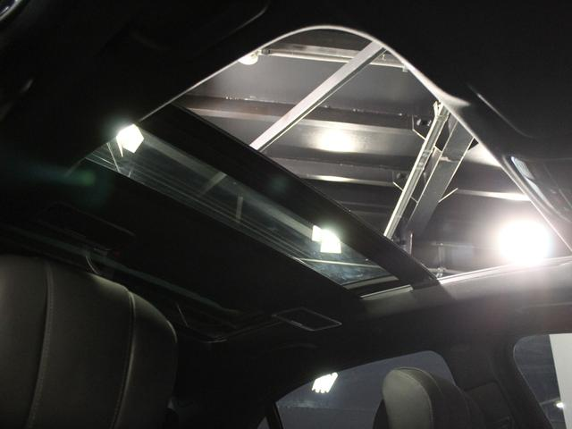 パノラミックスライディングルーフで解放感溢れる車内空間を提供してくれます。