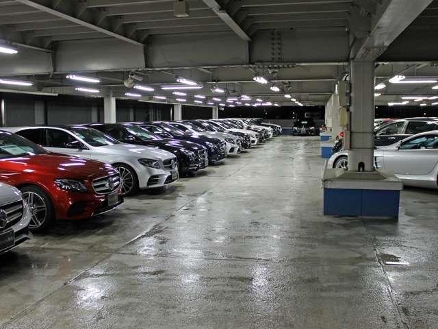 屋根付き屋上階展示場では、天候に関わらずお車をごゆっくりご覧頂けます。