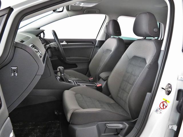 """助手席シートは運転席と比べると少し狭く設計されております。運転手の方がストレスなく運転が出来るように助手席側が少し狭くなっております。優しい設計はフォルクスワーゲンブランド""""ならでは""""です。"""
