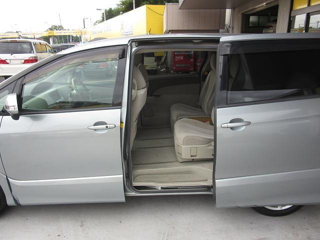 ★両側パワースライドドアを装備しています!!乗り降りが非常に楽で運転席からもスイッチで開閉可能です!ミニバンの必需品です。