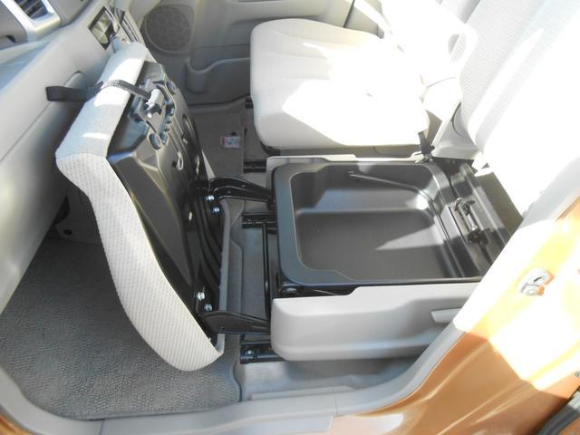 助手席シートアンダーボックスになります。収納スペースが多数用意されているので、整頓もラクラクです。