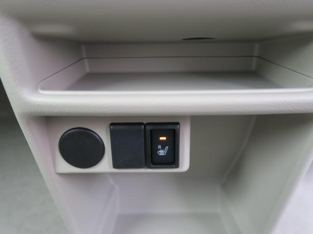 運転席側にはシートヒーターを装備しております。寒い季節でもすぐに座面が暖かくなりますよ。