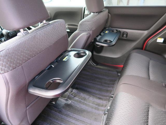 後席には、軽食事などに便利なミニテーブルを用意。楽しいドライブを快適にお過ごしください。
