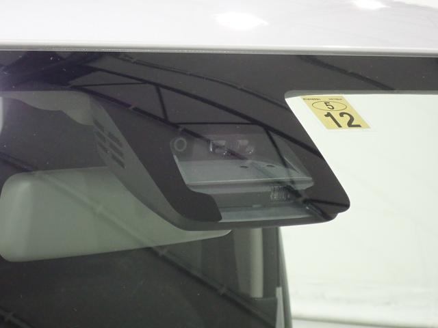 障害物を感知して、衝突の可能性がある場合、運転者へ警告音を発したり、衝突の可能性が高い場合、ブレーキの補助操作を行い、減速して衝突被害を軽減するシステムです。