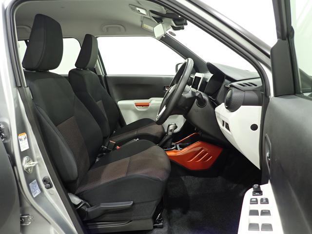 シートの擦れ等なくとても綺麗です。チルトステアリング&シートリフター装備で、運転姿勢の調節可能です。