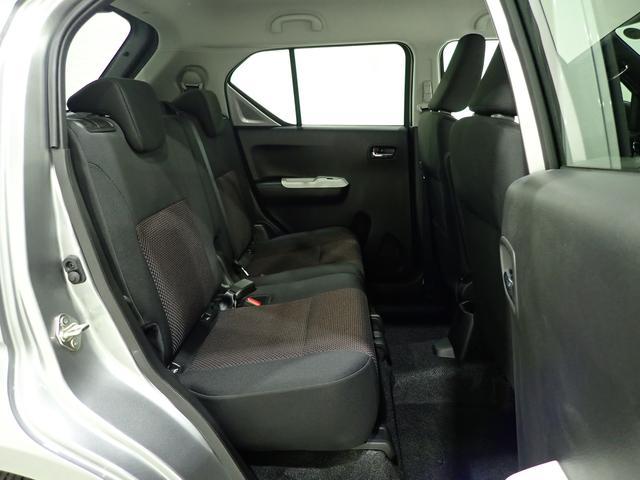 左右独立スライドリヤシートはリクライニング機構付きになります。大人が乗っても十分なゆとりがございます