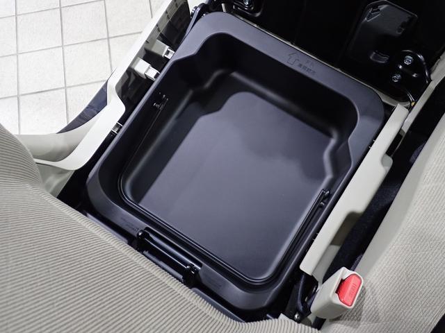 助手席シートアンダーボックスになります。履き物や濡れた物の収納に適しています。