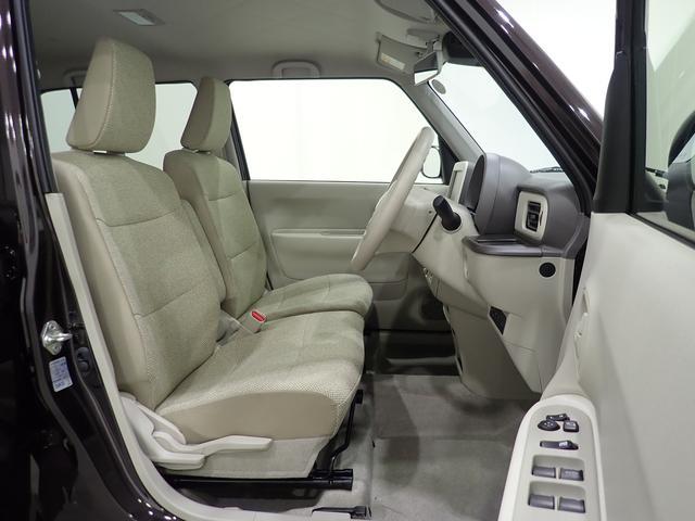 ベージュ内装の車内となっております。目立つような擦れや汚れもなく綺麗な状態となります。