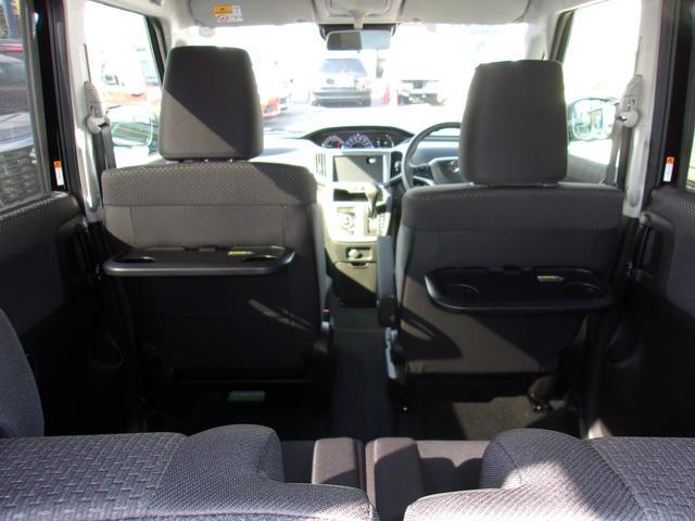 前席⇔後席への移動が車内から降りずにできるんです☆
