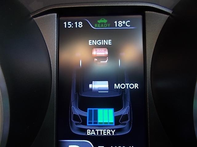 『エネルギーフローインジケーター』にはモーターアシスト走行や減速エネルギー回生時などリアルタイムで表示をします!