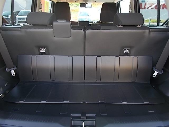 後席の背もたれはバラバラに倒すことができるので、ご覧のように3名様+大きめの荷物って使い方ができちゃうのです☆シートスライドも活用すればアレンジは多彩っ!荷物や量に応じてアレンジしちゃってください☆