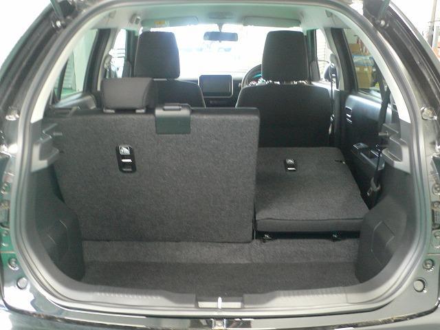 後席の背もたれはバラバラに倒すことができるので、ご覧のように3名様+大きめの荷物って使い方ができちゃうのです☆