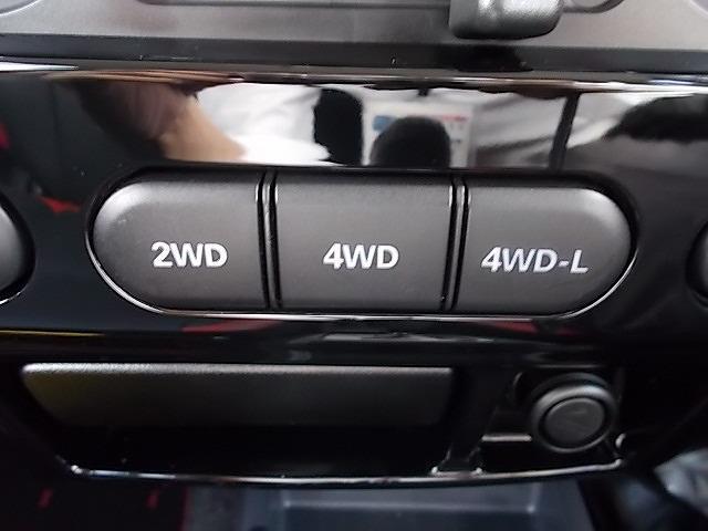 4WD⇔2WDへの切り替えはセンターコンソールにあるスイッチ一つで切り替え可能です!!