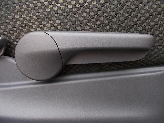 運転席には座面の位置を上下に調整できる『シートリフター』を装備しております!コレがあれば座布団とはおさらばできるかも!?小柄な方でも安心ですよね♪