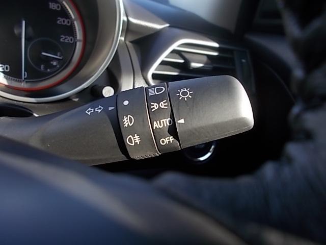 周囲が暗くなると自動でスモールランプ、ヘッドランプを点灯してくれる『オートライトシステム』を装備しております!高速道路等トンネルが多い所でも気にせずに走ることができます!!
