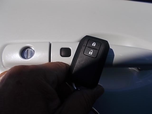 携帯リモコンを服のポケットやバッグなどに携帯し、ドアハンドルのスイッチを押すだけでドアの開錠・施錠が出来ます!!