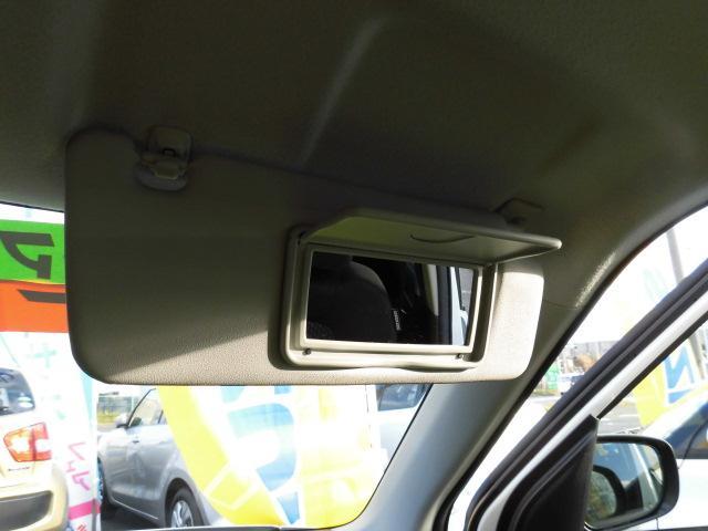 運転席サンバイザーには『バニティミラー』が装備!!停車時などの身だしなみチェックやお化粧直しに便利です!!