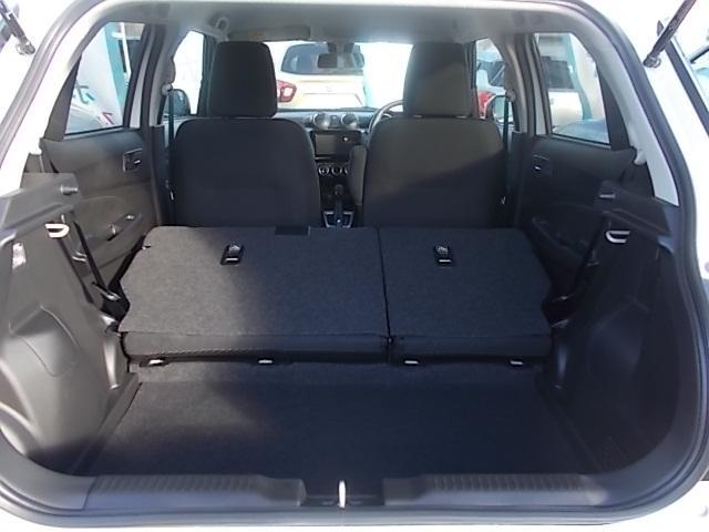 ご覧のように後席を両方倒すと広大なラゲッジスペースを作り出すことができるのです!必要に応じてぜひご活用ください!!